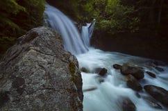 Por do sol norte e nuvens da montanha das cascatas Fotografia de Stock