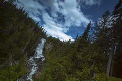 Por do sol norte e nuvens da montanha das cascatas Imagens de Stock