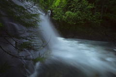 Por do sol norte e nuvens da montanha das cascatas Imagem de Stock Royalty Free
