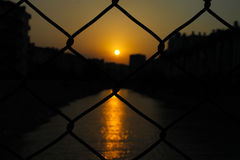Por do sol nos fios imagem de stock