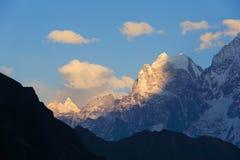 Por do sol nos Himalayas das montanhas, Thamserku, Kantaiga, Nepal Foto de Stock