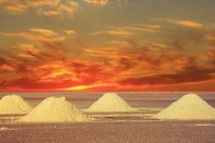 Por do sol nos lagos salt de Bolívia Imagens de Stock
