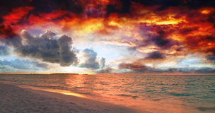 Por do sol nos Maldives foto de stock