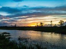 por do sol nos pântanos dos marismas de Florida imagens de stock