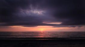 Por do sol nublado no horizonte do oceano Imagens de Stock Royalty Free