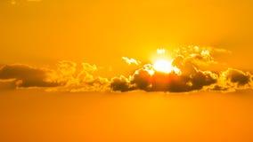 Por do sol nuvens douradas alaranjadas de um céu bonito que criam um cenário bonito e do misteiroso no nordete de Brasil no serri fotografia de stock
