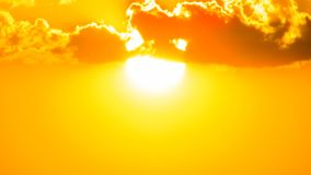 Por do sol nuvens douradas alaranjadas de um céu bonito que criam um cenário bonito e do misteiroso no nordete de Brasil no serri imagem de stock royalty free