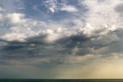 Por do sol Nuvens iluminadas pelo sol Imagem de Stock