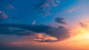 Por do sol ou nascer do sol bonito acima do mar Por do sol ou nascer do sol tropical sobre o mar Por do sol ou nascer do sol colo imagens de stock royalty free