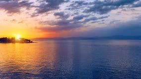 Por do sol ou nascer do sol bonito acima do mar Por do sol ou nascer do sol tropical sobre o mar Por do sol ou nascer do sol colo fotos de stock royalty free
