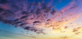 Por do sol ou nascer do sol bonito acima do mar Por do sol ou nascer do sol tropical sobre o mar Por do sol ou nascer do sol colo fotos de stock