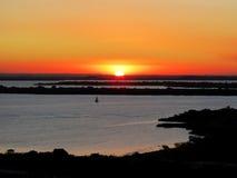Por do sol ou sol do nascer do sol com o céu amarelo no horizonte Fotos de Stock