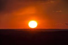 Por do sol ou sol e nuvens do nascer do sol, vermelhos Imagens de Stock