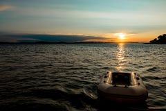 Por do sol do ouro sobre o mar na Croácia imagens de stock royalty free