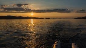 Por do sol do ouro sobre o mar na Croácia fotografia de stock