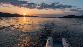 Por do sol do ouro sobre o mar na Croácia fotos de stock