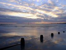 Por do sol do outono da praia ocidental de Wittering, Sussex ocidental, Reino Unido imagem de stock royalty free