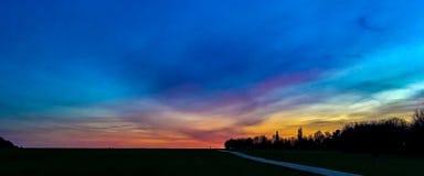 Por do sol do outono em Medway em Kent foto de stock