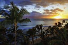 Por do sol pacífico na praia do kaanapali imagem de stock