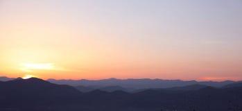 Por do sol Paisagem de montanhas do cume, nascer do sol do céu, backgr da natureza fotos de stock