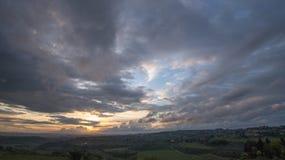 Por do sol Paisagem de Tosc?nia: montes, casas da quinta, oliveiras, ciprestes, vinhedos Os montes do Chianti ao sul de Floren?a fotos de stock