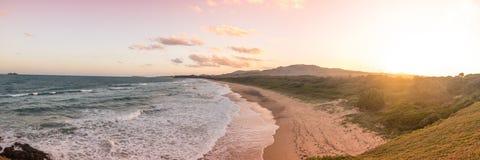 Por do sol panorâmico na praia de Moonee Fotografia de Stock
