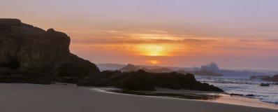 Por do sol panorâmico sobre a praia de estado de Pescadero imagens de stock