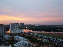 Por do sol pastel do rio de negligência da arquitetura da cidade Foto de Stock