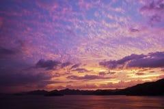 Por do sol pela costa de mar Imagens de Stock Royalty Free
