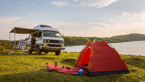 Por do sol pelo cavaran do lago que acampa com Foto de Stock Royalty Free