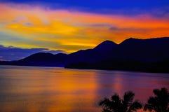 Por do sol pelo lago Imagem de Stock