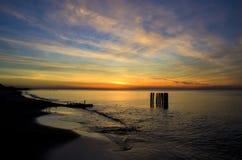 Por do sol pelo mar Fotos de Stock