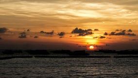Por do sol pelo mar com barco da velocidade Conceito escuro Imagens de Stock Royalty Free