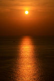 Por do sol pelo oceano Fotografia de Stock