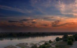 Por do sol pelo rio fotografia de stock