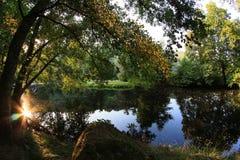 Por do sol pelo rio Imagens de Stock Royalty Free