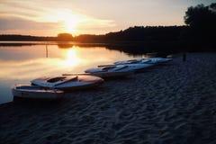 Por do sol pelos barcos Imagem de Stock Royalty Free