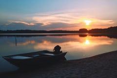 Por do sol pelos barcos Fotos de Stock Royalty Free