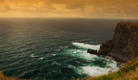 Por do sol pelos penhascos do moher, ireland Fotos de Stock