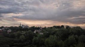 Por do sol Perspectiva verde da estrada de floresta Opinião da beleza do céu com nuvens, arquitetura, floresta e paisagem Foto de Stock