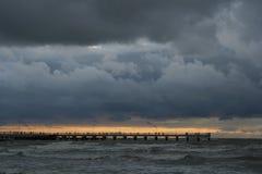 Por do sol perto do mar imagem de stock royalty free
