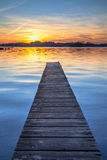 Por do sol pitoresco sobre o molhe de madeira em Groningen, Países Baixos Fotografia de Stock
