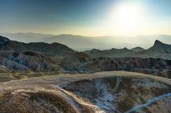 Por do sol do ponto de Zabriskie com o céu no parque nacional de Vale da Morte Ca imagem de stock royalty free