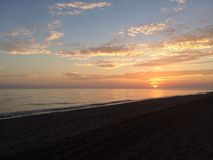 Por do sol próximo ao mar Fotos de Stock Royalty Free