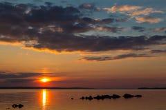 Por do sol preto vermelho fantástico no fundo do céu preto Ukrai fotos de stock