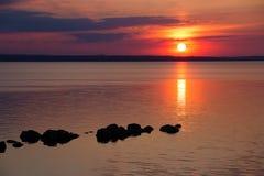 Por do sol preto vermelho fantástico no fundo do céu preto Ukrai foto de stock