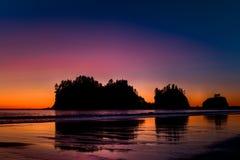 Por do sol, primeira praia, parque nacional olímpico, EUA imagem de stock