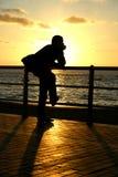 Por do sol que olha Fotografia de Stock