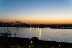 Por do sol que olha ocidental de Baton Rouge ao rio Mississípi fotografia de stock