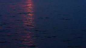 Por do sol que reflete na superfície da água do lago filme